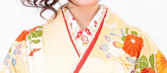 刺繍の入った半衿をたっぷり見せる